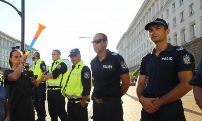 Стотинки срещу полицаите хвърляха протестиращи майки
