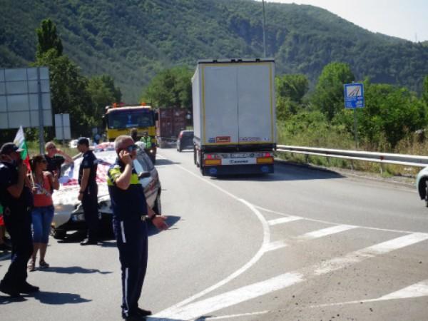 Около 50 протестиращи блокираха частично шосе Е-79 край Благоевград в