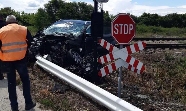 Влак помете кола на прелез край Разград