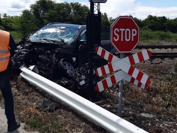 Пътнически влак помете кола на охраняем прелез между селата Янково
