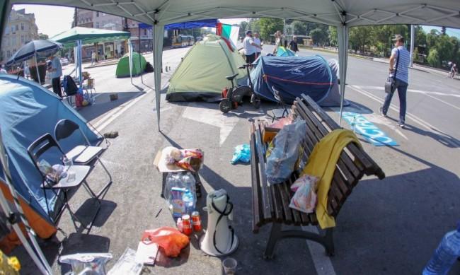 Блокадата в София: 50 души с 48 палатки и 20 шатри