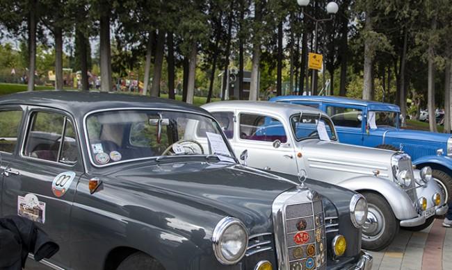 """Автомобили от """"старите ленти"""" на ретро парад в Добрич"""