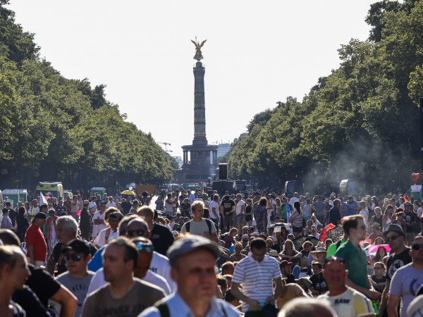 Без маски, плътно един до друг: хиляди демонстрираха в Берлин