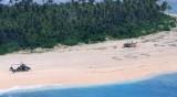Надпис SOS спаси трима мъже, попаднали на необитаем остров в Микронезия