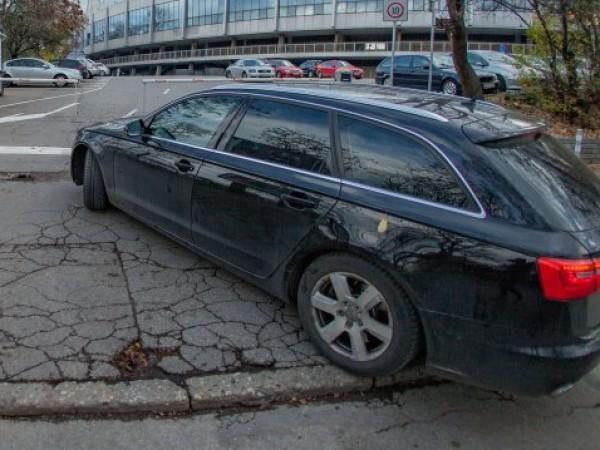 Жена намери колата си с развити болтове на предната гума.