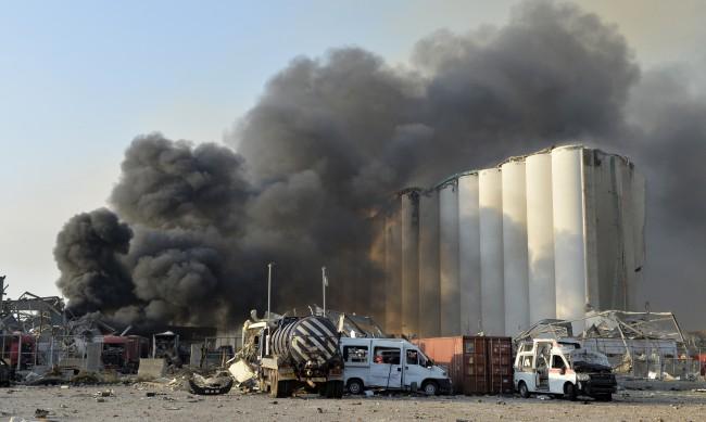 Пожарът в пристанището на Бейрут още не е потушен