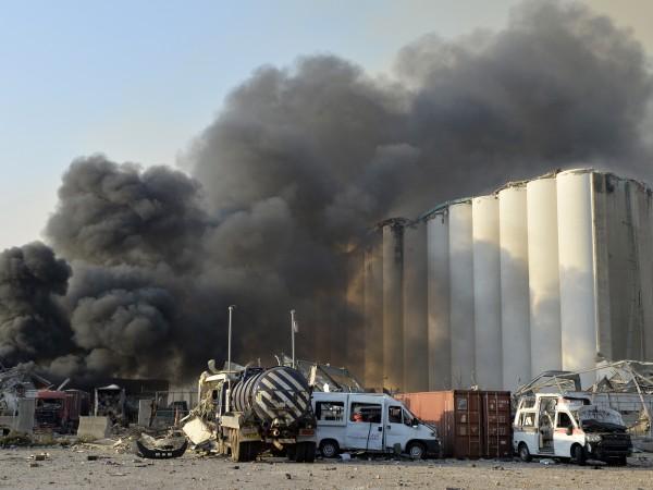 Служители на гражданската защита на Ливан продължават да гасят пожара