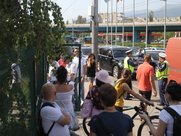 Протестиращи затвориха кръговото кръстовище при 4-ти километър в София.Още по