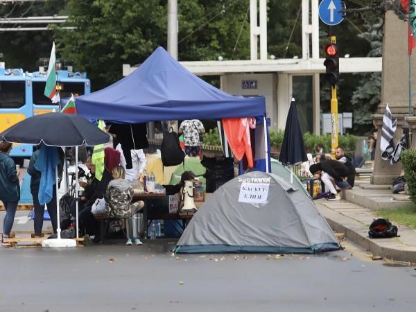 Блокадата и палатковият лагер на Орлов мост остават и днес.Нощта