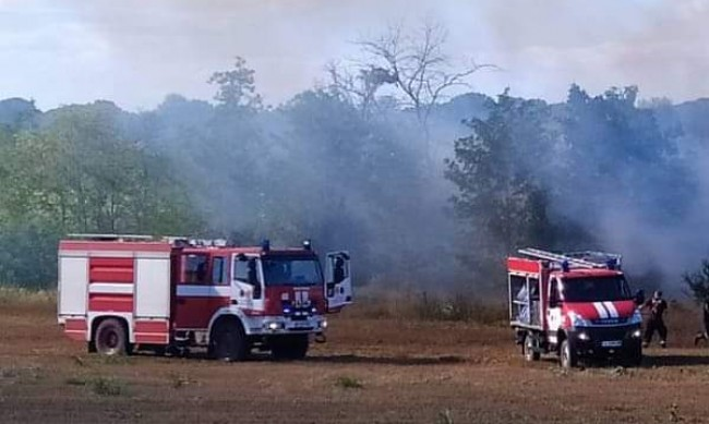 Пожар бушува цяла нощ в Казанлъшко