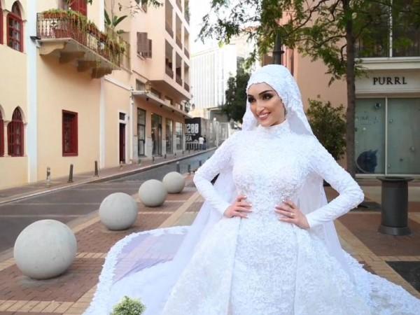 Сияеща в красива булчинска рокля, 29-годишната Израя Себлани се усмихва