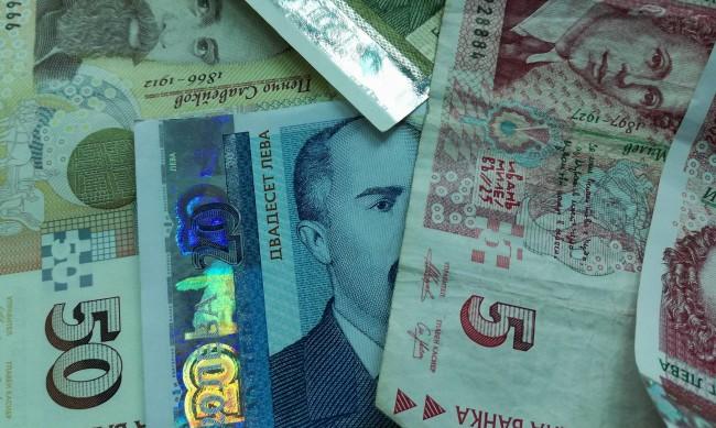 Българите спестяват повече пари, теглят по-малко заеми