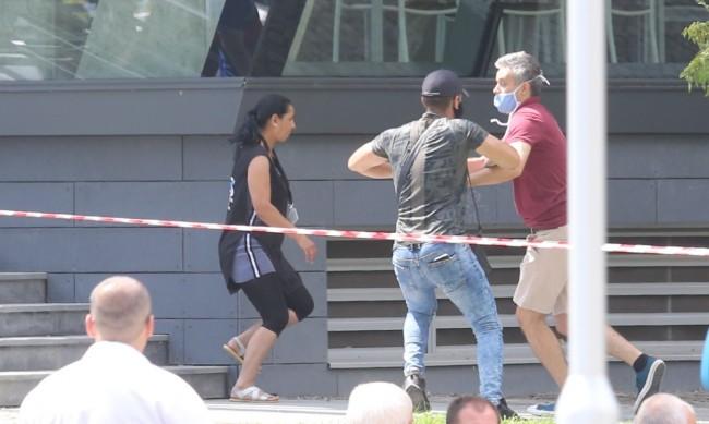 Прокуратурата подхвана бияча, хвърлил и телефон на журналист
