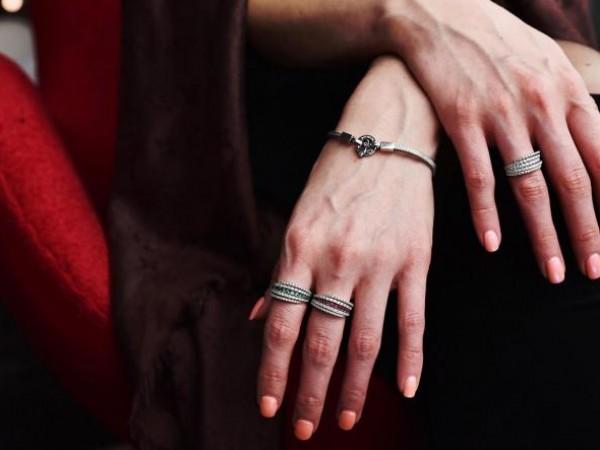 Сребърните бижута са предпочитан накит за много мъже и жени.