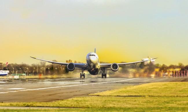 Самолет със 191 пасажери се разби в Индия, десетки са ранени