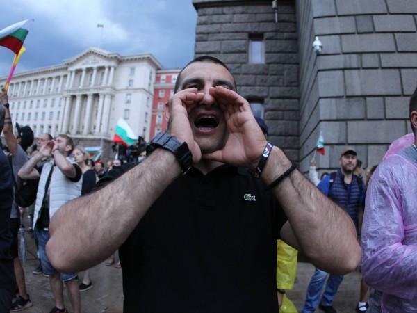 Дъждът, който се изля над София, не спря протестиращите, които