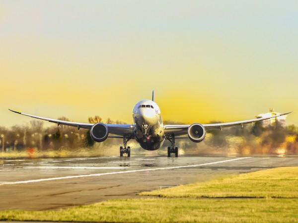 """Най-малко 15 души са загинали, след като самолет на """"Еър"""