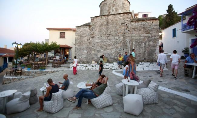 Ръст на заразените с COVID-19 в Гърция, обмислят се нови мерки