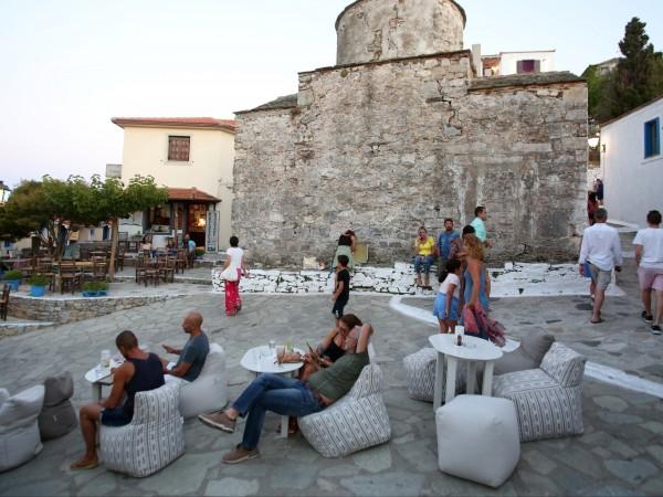 Расте броят на заразените с COVID-19 в Гърция. Властите разширяват