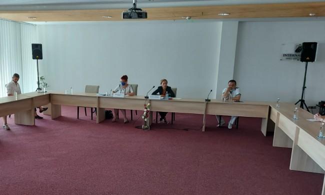 Николова на спешна среща с германски туроператори, увери: Мерките се спазват