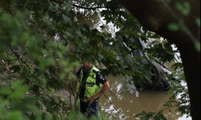 Откриха кола в река Струма, издирват хора