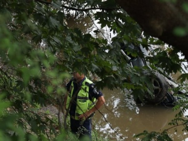 Катастрофирала кола е открита в река Струма. Според източници на