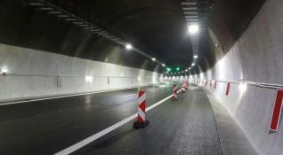 Аварирал автобус спря движението в тунел