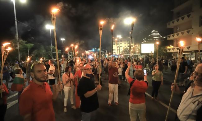"""Протестиращите запалиха факли и блокираха """"Цариградско шосе"""""""