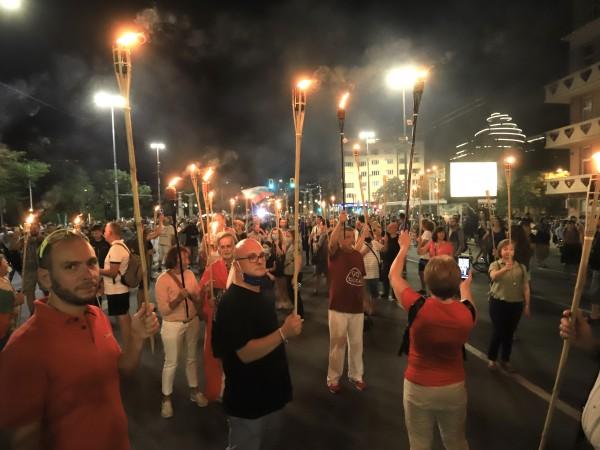 """Със запалени факли протестиращите тръгнаха по """"Цариградско шосе"""", където блокираха"""