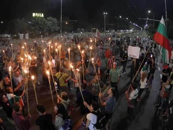 """Факелно шествие от протестиращи тръгна късно снощи по бул. """"Цариградско"""