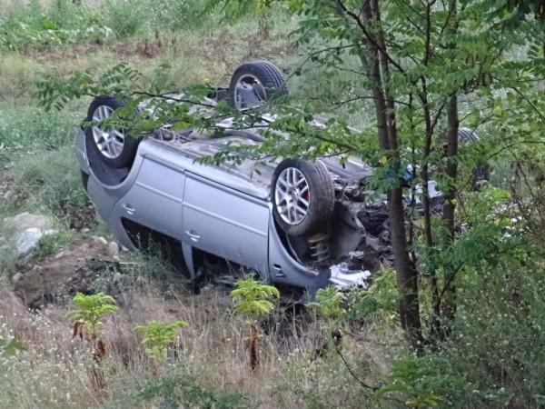"""Двама души пострадаха, след като лек автомобил """"Фолксваген"""" излетя от"""