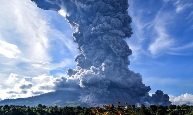 Вулканът Синабунг изригна – изхвърли пепел и дим на 7,5 км