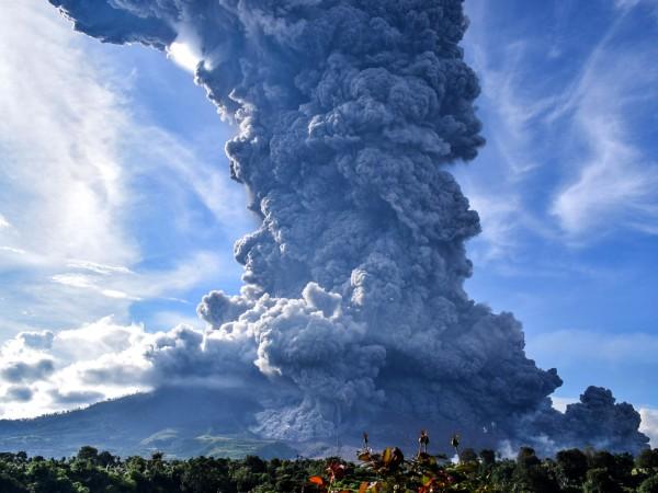 Вулканът Синабунг на индонезийския остров Суматра днес изригна, изхвърляйки стълб
