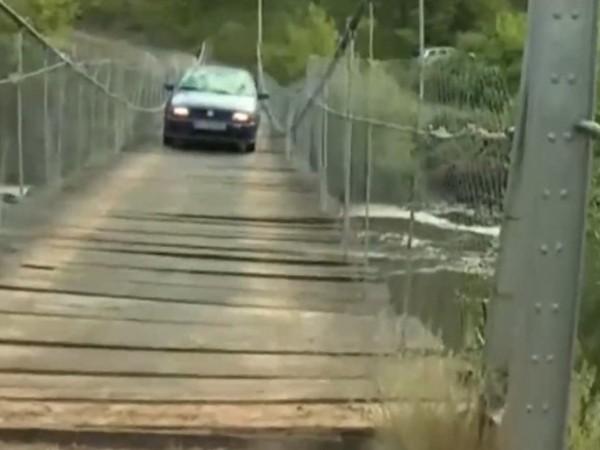 По неволя хора минават всеки ден през изгнил мост над