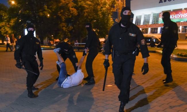 Един загинал при сблъсъците на протестите в Беларус
