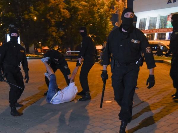 Един човек загина, а десетки бяха ранени при снощните протести