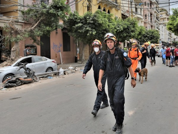 24 часа след експлозията в Бейрут спасителните екипи губят надежда,