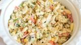 Рецептата Dnes: Салата с рулца от раци и паста
