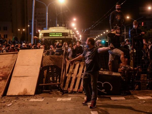 Втора вечер на протести и сблъсъци между опозиционери и милицията