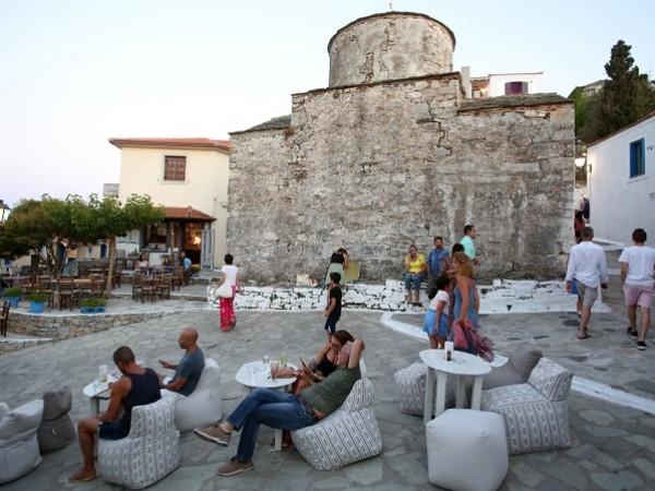 Гърция обяви нощен полицейски час за ресторанти и барове в