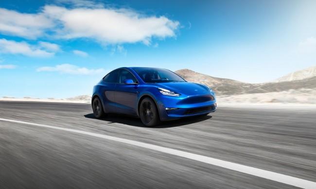Как мъж подкара електрическата Tesla на бензин?