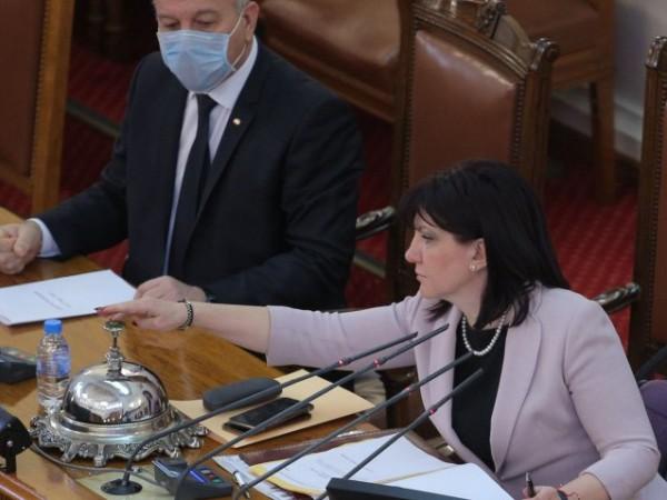 По искане на БСП, шефката на парламента Цвета Караянчева свиква