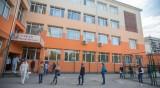 Студенти и пенсионирани учители влизат в класните стаи