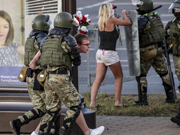 Трета поредна нощ продължиха протестите в Беларус след преизбирането на