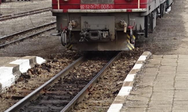 Локомотив се е ударил в скална маса на излизане от тунел