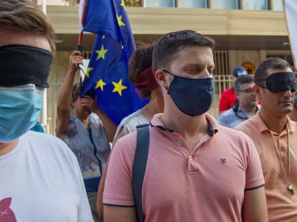 С едноминутно затваряне на очи пред посолството на Германия у