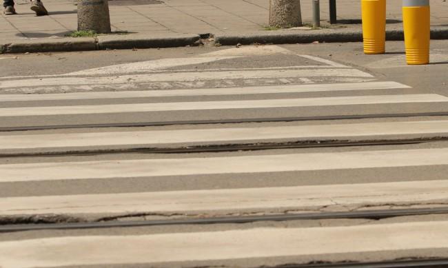 Пешеходци пресичат с риск за живота си оживен булевард
