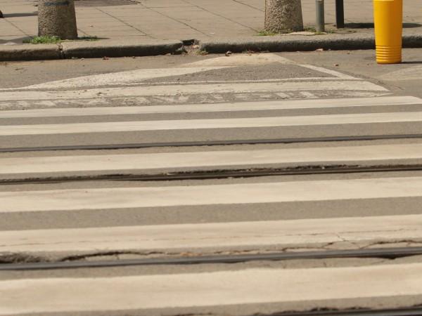 Пешеходци пресичат оживен столичен булевард с риск за живота си.