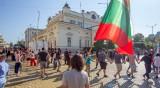 Протестиращи направиха жива верига пред парламента