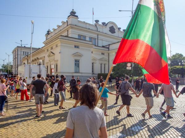 Протестиращи направиха жива верига пред парламента след неуспешния опит за
